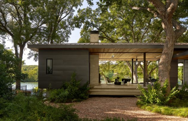 Ski Slope Residence - Une maison vintage sur le lac Austin avec une vue hexagonale par LaRue Architects