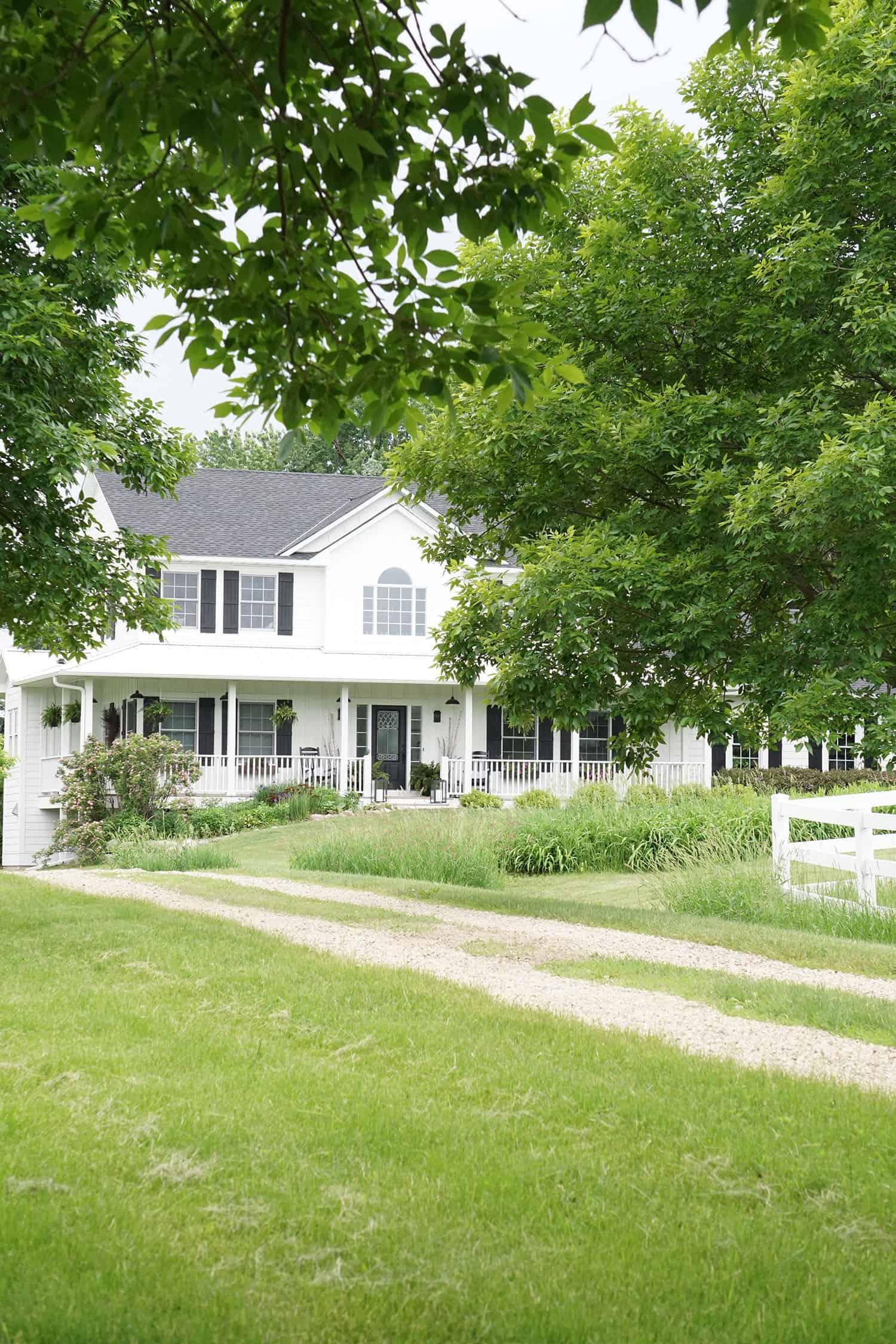 extérieur-de-maison-de-style-de-ferme-moderne