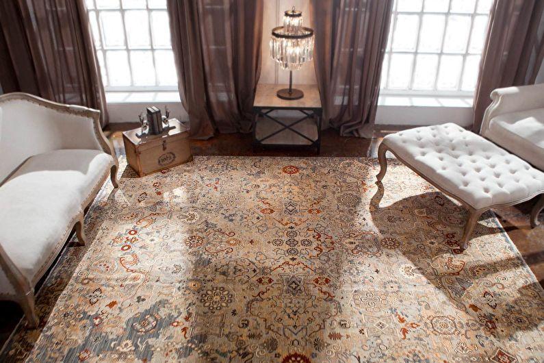 Intérieur de style industriel avec un grand tapis Artefact avec des ornements anciens effacés