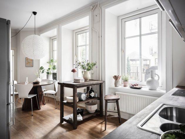 Regardez la table de travail qui sert d'îlot de cuisine