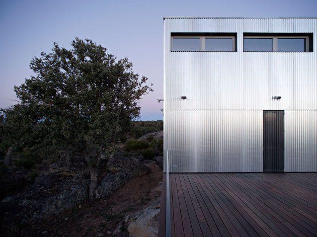 Beau contraste à l'extérieur de cette maison durable