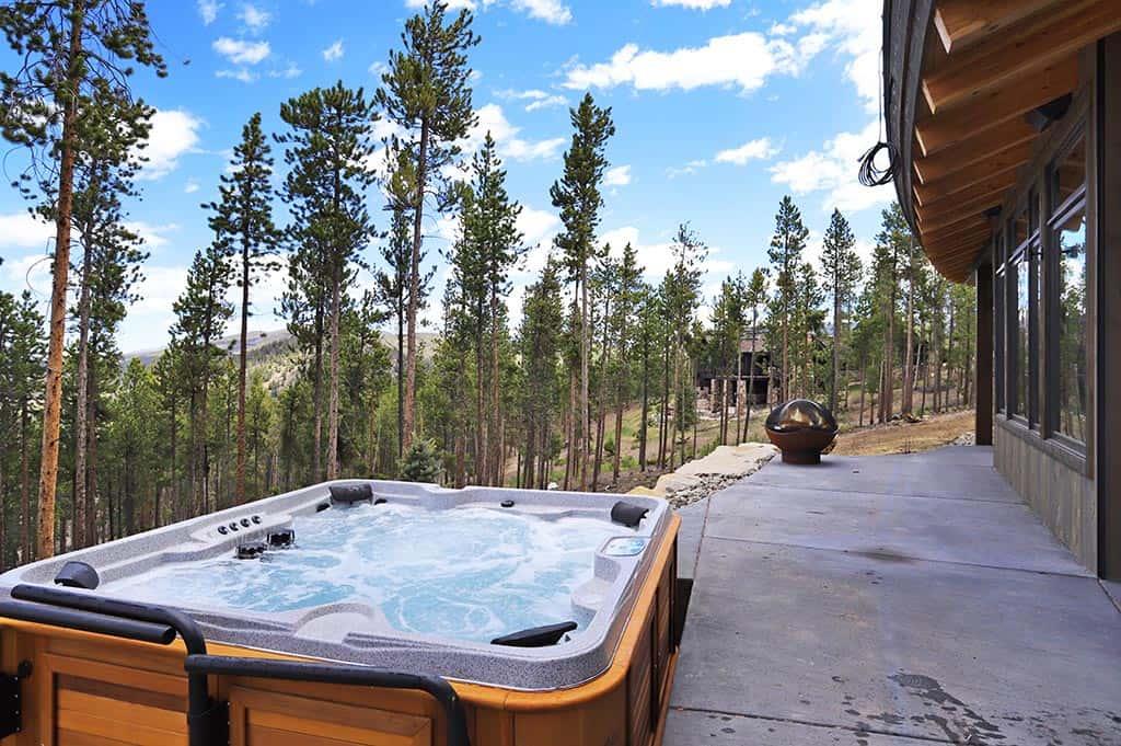 bain à remous-terrasse-montagne-moderne