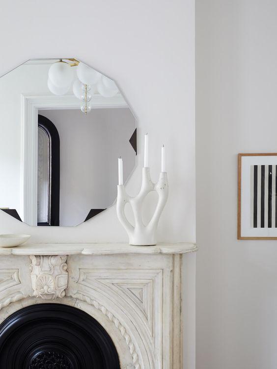 Quel miroir s'asseoir au sommet d'une cheminée