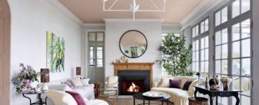 Un plafond rose dans le salon est le décor parfait