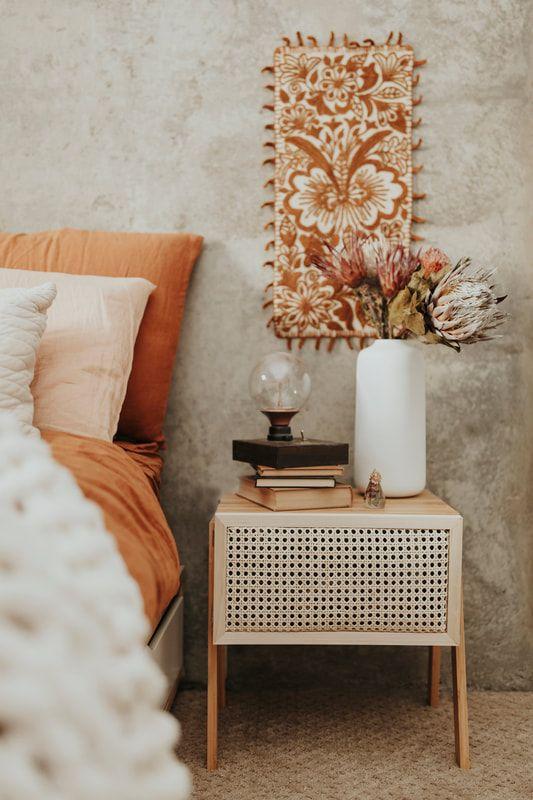 Une table de chevet en rotin pour la chambre