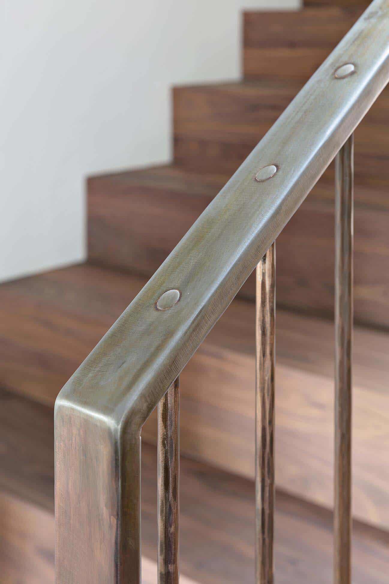 maison-contemporaine-durable-detail-d'escalier