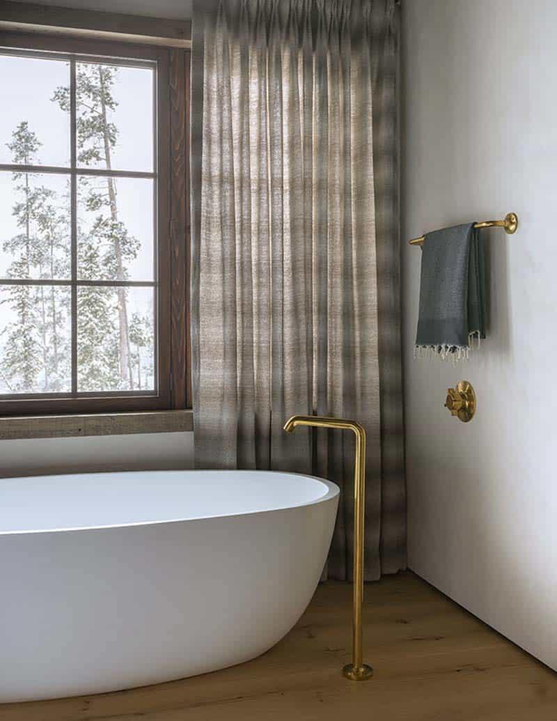 chalet-alpin-salle-de-bain-des-maîtres-baignoire