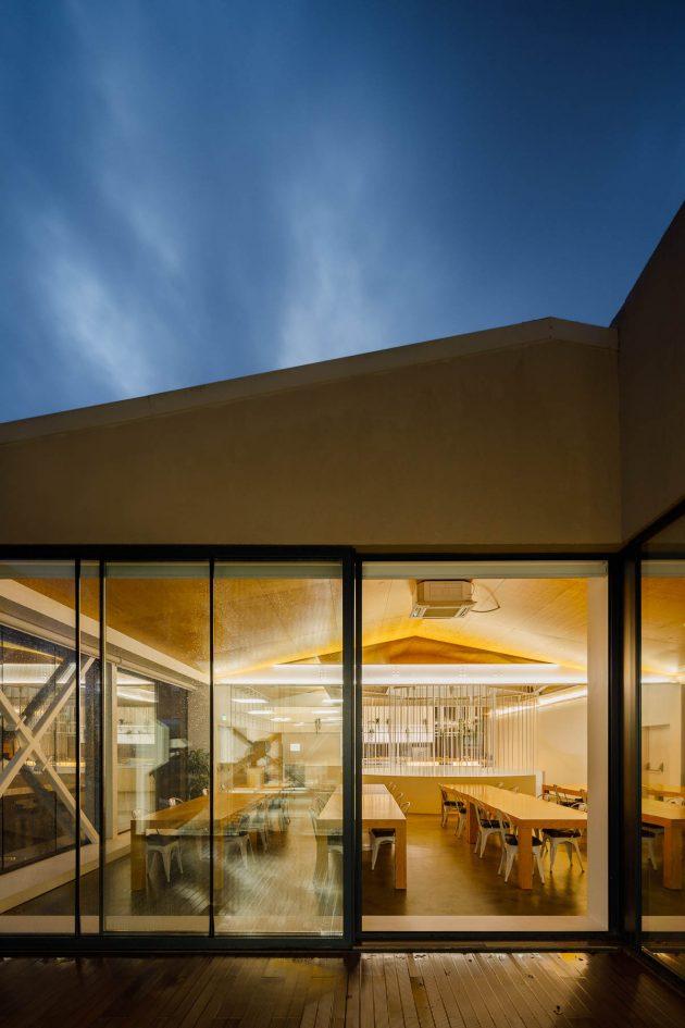 Escalier de bureau comme pièce sculpturale conçue par Paulo Merlini Architects