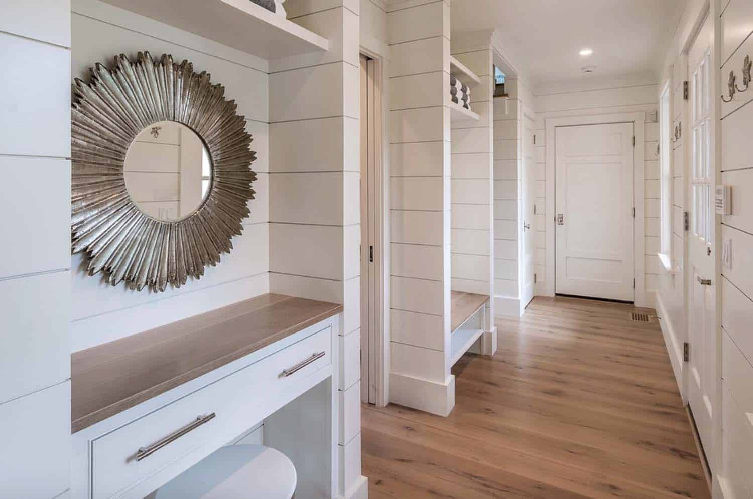 plage-style-mudroom-entry
