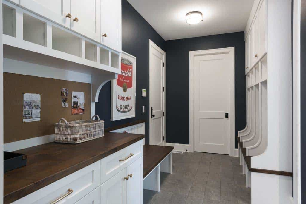midwest-home-luxury-tour-plage-style-mudroom
