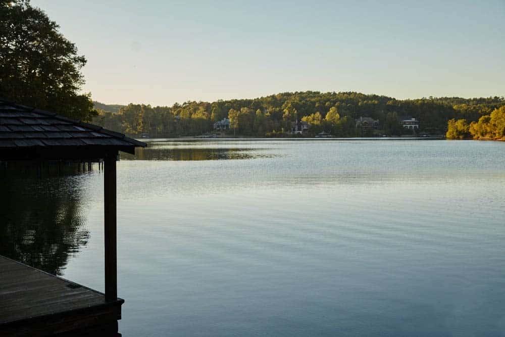 exterieur-rustique-au-bord-du-lac